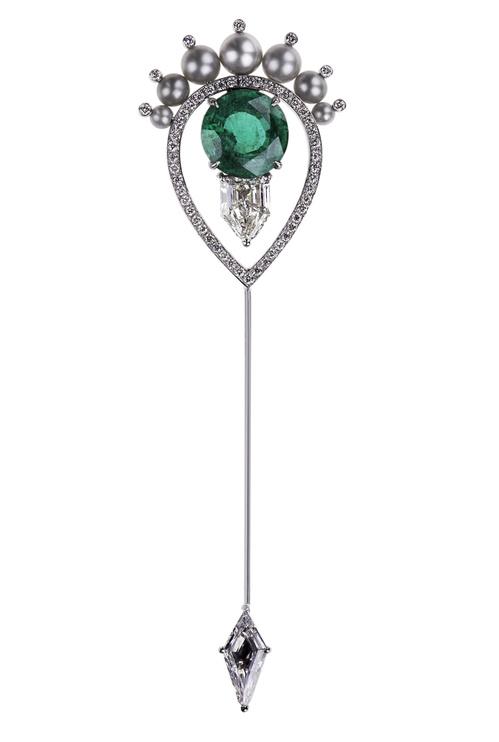 Broche Nikos Koulis en émeraude perles et diamants